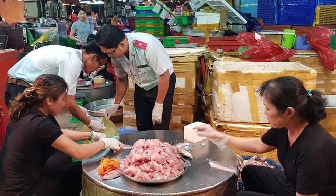 Ban Quản lý ATTP kiểm tra thủy hải sản tại chợ đầu mối nông sản thực phẩm Bình Điền. Ảnh: Duy Tính