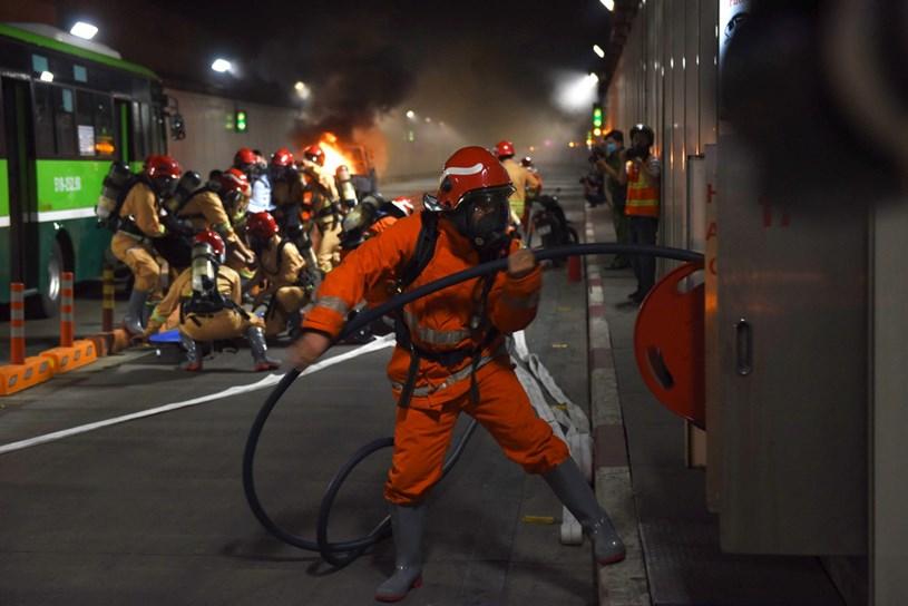 Khẩn trương triển khai công tác chữa cháy - Ảnh: DUYÊN PHAN