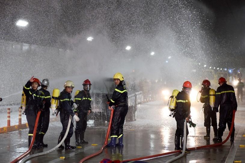 Lực lượng Cảnh sát PCCC Công an TP.HCM tăng cường cho hầm - Ảnh: LÊ PHAN