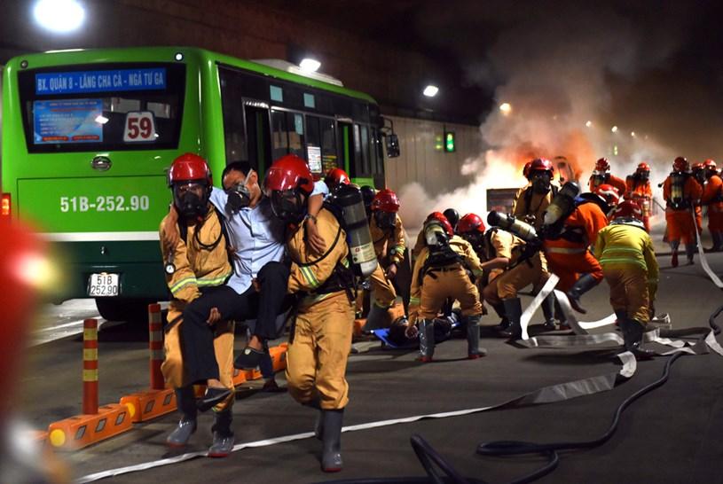 Đưa người bị nạn thoát khỏi đám cháy - Ảnh: DUYÊN PHAN