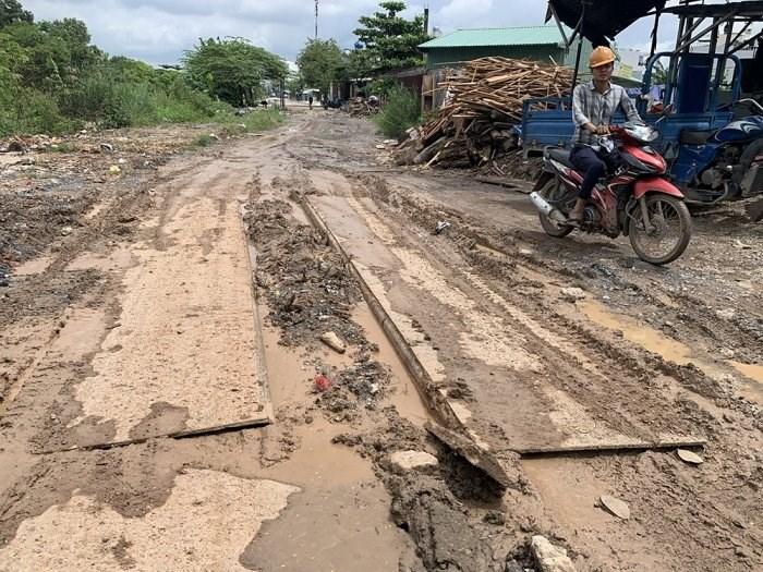 Đường số 12, ven kênh Tham Lương, quận Tân Bình đường sá lầy lội, trơn trượt, nhiều người bị trượt ngã