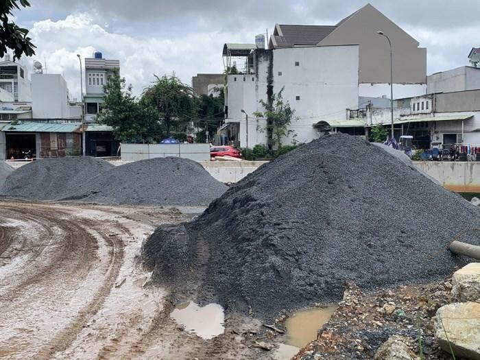 Vật liệu xây dựng đổ ra đường, chắn hết lối đi nhưng không có công nhân làm việc