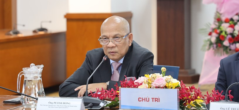 ...vàông Peter Hồng, Phó Chủ tịch Thường trực BAOOV chủ trì hội nghị.