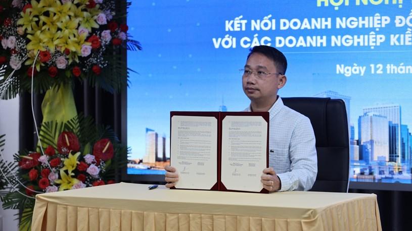 Các doanh nghiệp ký kết các Biên bản ghi nhớ và hợp đồng hợp tác từ điểm cầu TPHCM. Ảnh: Huyền Mai