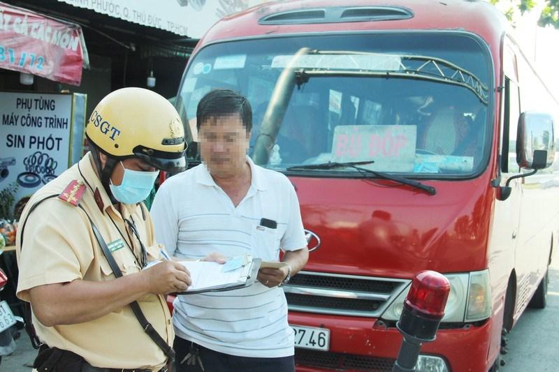 CSGT kiểm tra xe ô tô 25 chỗ chạy tuyến TP.HCM - Bình Phước. Ảnh: LÊ THOA