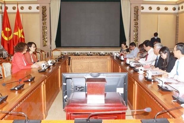 Phó Chủ tịch Ủy ban Nhân dân Thành phố Hồ Chí Minh Võ Văn Hoan làm việc với bà Carolyn Turk, Giám đốc quốc gia Ngân hàng Thế giới tại Việt Nam. (Ảnh: Thanh Vũ/TTXVN)
