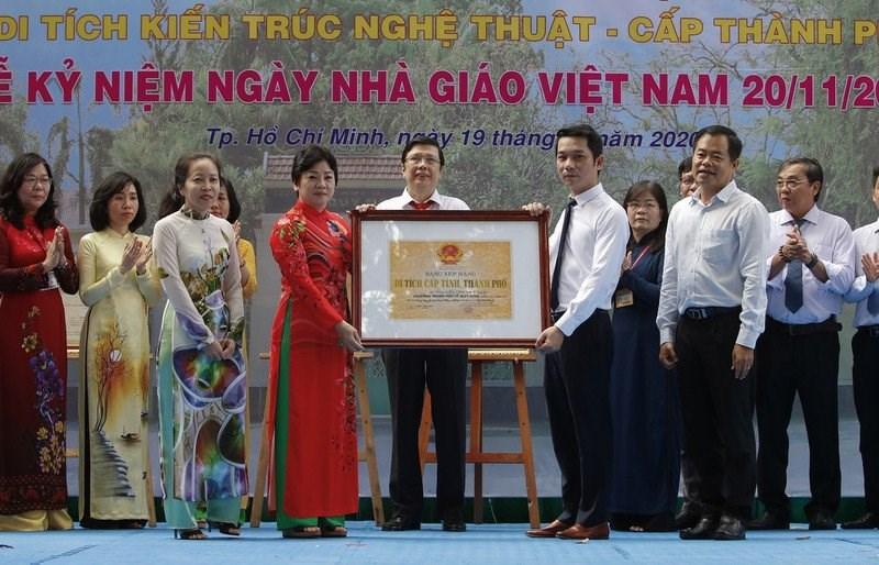 Đại điện Trung tâm Bảo tồn và Phát huy giá trị lịch sử văn hóa TP.HCM trao Bằng xếp hạng di tích kiến trúc nghệ thuật cấp thành phố cho Trường THPT Lê Qúy Đôn.