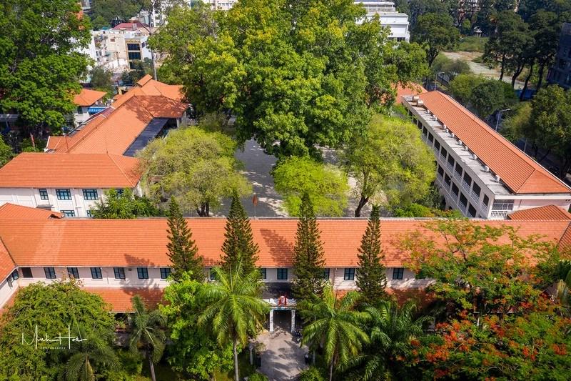 Ban đầu trường chỉ nhận các học sinh người Pháp. Đến đầu thế kỷ 20 thì mở rộng để nhận thêm học sinh người Việt, tuy nhiên phải có quốc tịch Pháp.Ngày nay, trường là một trong những trường đầu tiên thực hiện mô hình chất lượng cao tạiTP.HCM.