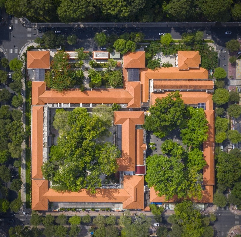 """Ngôi trường có kiến trúc Pháp gồm bốn dãy nhà cao hai tầng ghép lại có hình chữ """"khẩu"""", bao quanh là các con đường Nguyễn Thị Minh Khai, Lê Quý Đôn, Võ Văn Tần và Nam Kỳ Khởi Nghĩa."""