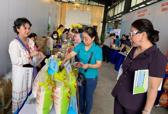 Giới thiệu đến khách tham quan sản phẩm hàng Việt Nam chất lượng cao