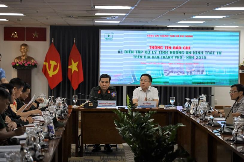 Ông Từ Lương - Phó Giám đốc Sở Thông tin và Truyền thông phát biểu tại họp báo