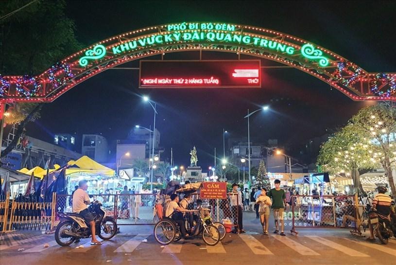 Phố đi bộ khu vực kỳ đài Quang Trung (quận 10, TPHCM) đang được hoạt động thử nghiệm, thu hút người dân đến vui chơi, mua sắm và thưởng thức ẩm thực mỗi tối.