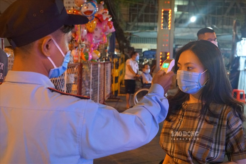 Trong tình hình dịch bệnh diễn biến phức tạp, mỗi người dân vào tham quan đều được Ban quản lý phố đi bộ yêu cầu đeo khẩu trang, rửa tay sát khuẩn phòng dịch.