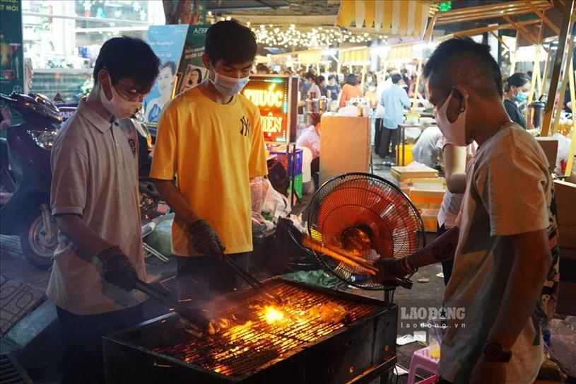 Không chỉ du khách, những tiểu thương cũng tự trang bị khẩu trang cho bản thân. Theo ghi nhận của Báo Lao Động, vào tối 11.12, đa số người dân đều tuân thủ tốt quy định phòng dịch.