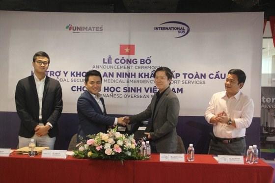Thỏa thuận hợp tác giữa các đơn vị trong việc cung cấp các dịch vụ hỗ trợ về an ninh và y tế cho du học sinh Việt Nam. Ảnh: SGGP