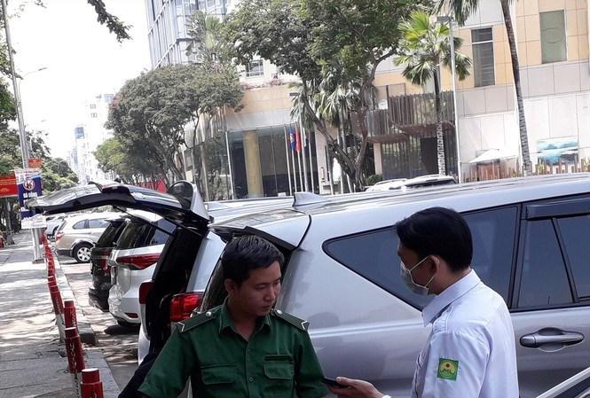 Nhân viên Công ty TNXP đang thu phí đỗ ô tô trên đường Lê Lai (quận 1)