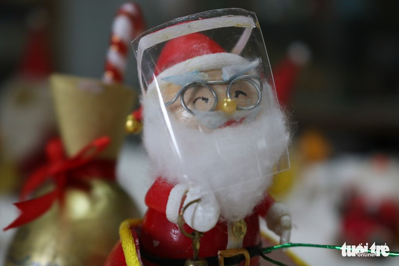Gương mặt ông già Noel làm từ vỏ trứng cút và trứng gà thời COVID - Ảnh: HOÀNG AN
