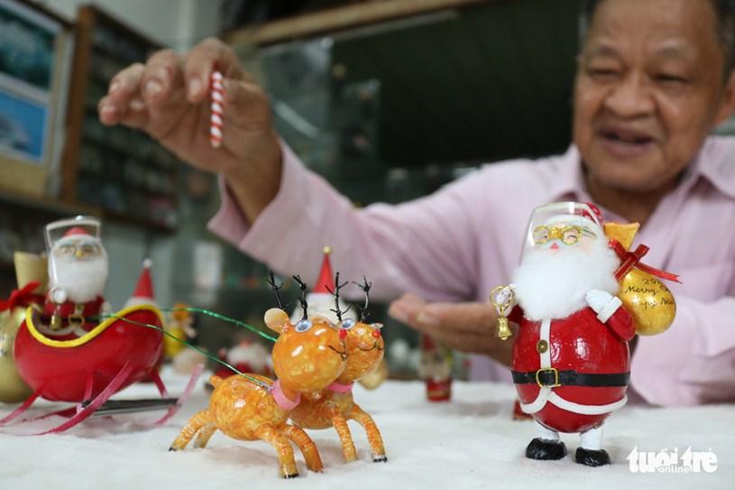 Thầy giáo Tâm dành khoảng 1 tháng để hoàn thành ý tưởng cho các linh vật này từ ông già Noel, xe kéo, con tuần lộc - Ảnh: HOÀNG AN
