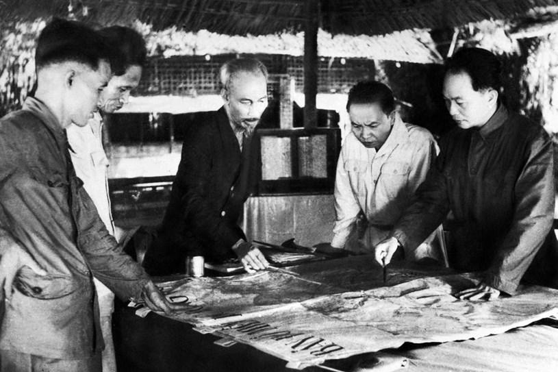 Bộ chỉ huy Chiến dịch Điện Biên Phủ: Chủ tịch Hồ Chí Minh (giữa), Đại tướng, Tổng tư lệnh Võ Nguyên Giáp (ngoài cùng bên phải) và các đồng chí trong Bộ Chỉ huy chiến dịch. (Ảnh: Tư liệu TTXVN)