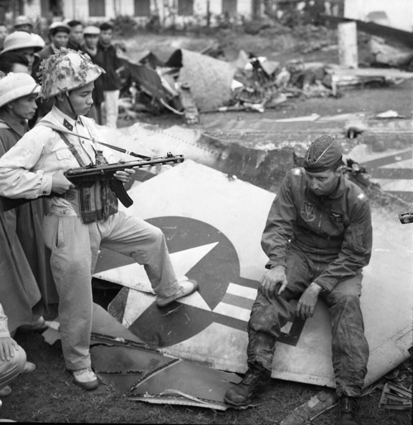 """Phi công Mỹ bị bắt sống bên xác máy bay trong Chiến thắng """"Hà Nội - Điện Biên Phủ trên không"""" năm 1972. (Ảnh: TTXVN)"""