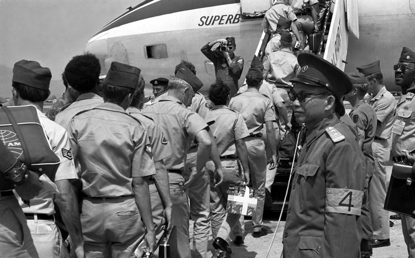 Thi hành Hiệp định Paris, ngày 29/3/1973, những người lính Mỹ cuối cùng lên máy bay tại sân bay Đà Nẵng để rút khỏi Việt Nam dưới sự giám sát của Tổ Quốc tế và Tổ Liên hợp Quân sự 4 bên. (Ảnh: Tư liệu TTXVN)