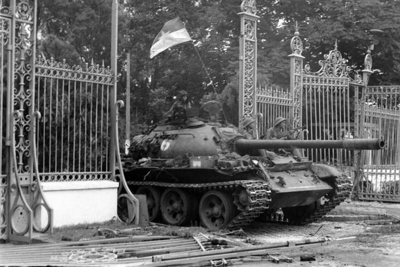 Xe tăng của Lữ đoàn 203, Sư đoàn 304, Quân đoàn 2 tiến vào Dinh Độc Lập, trưa 30/4/1975, đánh dấu Đại thắng mùa Xuân năm 1975, giải phóng hoàn toàn miền Nam, thống nhất đất nước. (Ảnh: Trần Mai Hưởng/TTXVN)