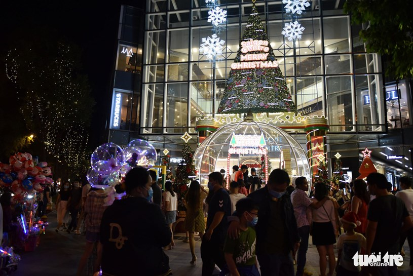 Tại trung tâm thương mại Takashimaya (Q.1, TP.HCM) có khá đông người nhưng người dân vẫn ý thức việc đeo khẩu trang - Ảnh: NGỌC PHƯỢNG