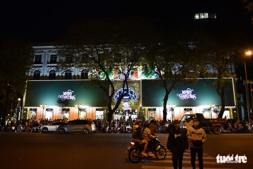 Trung tâm thương mại Diamond Plaza (Q.1, TP.HCM) rực ánh đèn đón Giáng sinh - Ảnh: NGỌC PHƯỢNG