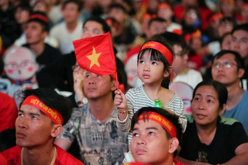 Người dân xem bóng đá tại phố đi bộ Nguyễn Huệ/NLĐO