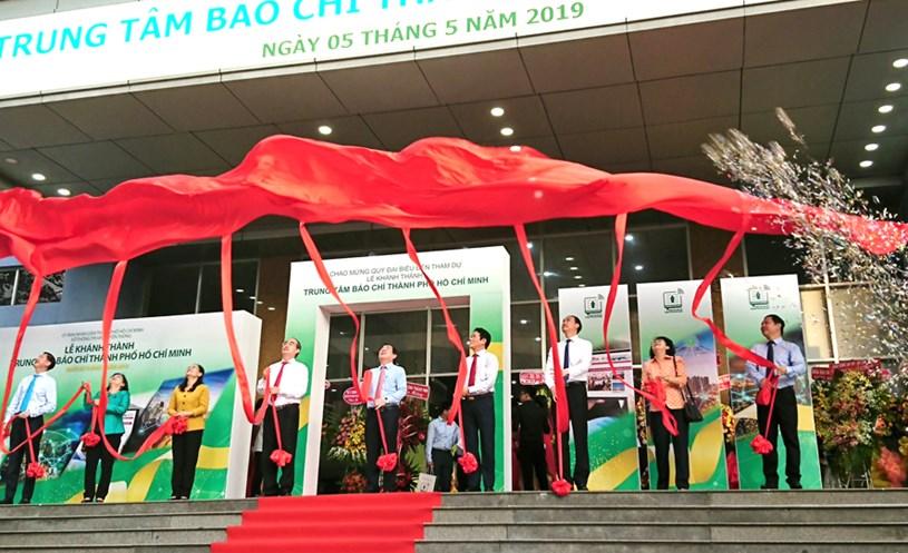 Các đại biểu kéo băng khánh thành Trung tâm Báo chí thành phố Hồ Chí Minh. Ảnh: Nguyễn Lê/HNMO