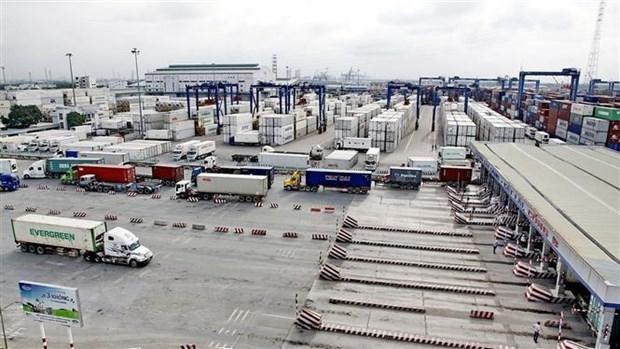 Hoạt động vận chuyển hàng hóa tại Tân Cảng Sài Gòn. (Ảnh: Thế Anh/TTXVN)