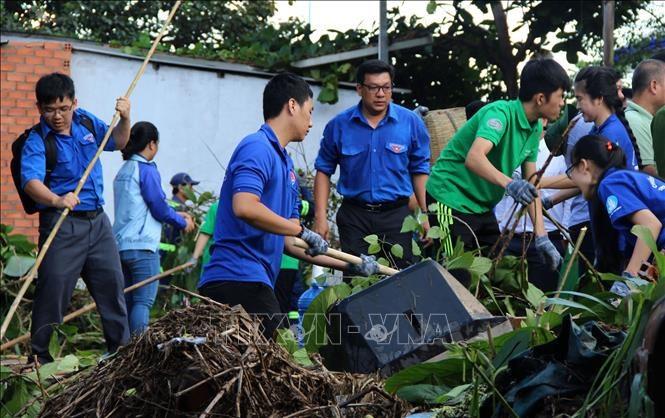Đoàn viên, thanh niên tham gia dọn dẹp vệ sinh môi trường. Ảnh: Nguyễn Xuân Dự/TTXVN
