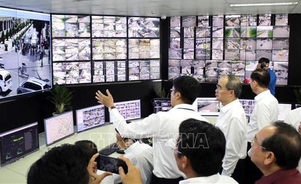 Bí thư Thành ủy TPHCM nghe báo cáo về hoạt động của Trung tâm điều hành giao thông thông minh của thành phố. Ảnh: TTXVN