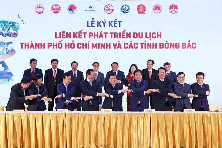 Đại diện UBND các tỉnh, thành phố bắt tay sau khi kí kết hợp tác phát triển du lịch giữa TPHCM và 8 tỉnh Đông Bắc. Ảnh: Báo Tin Tức
